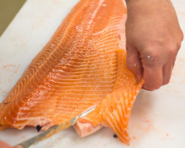 proses produksi ikan salmon yang mengilustrasikan joint produc by-product (biaya gabungan)